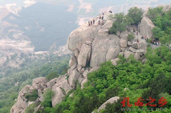 森林公园位于邹城市东部,范围涉及峄山,田黄,城前,大束,香城和张庄六